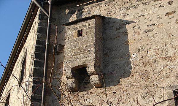 A kiugró részlet a várfalakon nem más, mint az egykori wc.